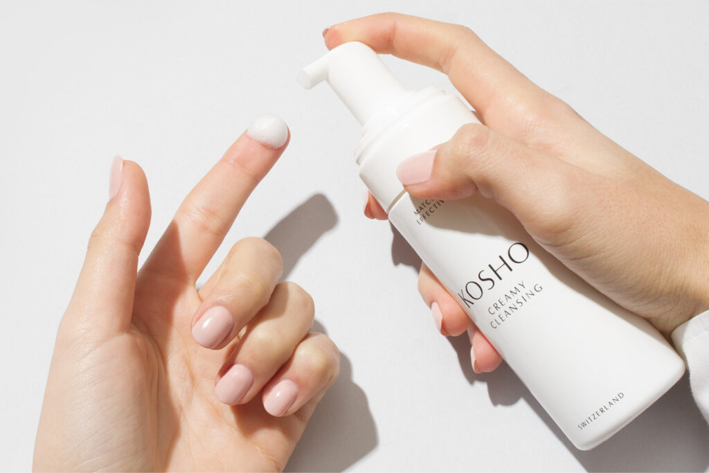 Hände mit Kosho Creamy Cleansing Schaum
