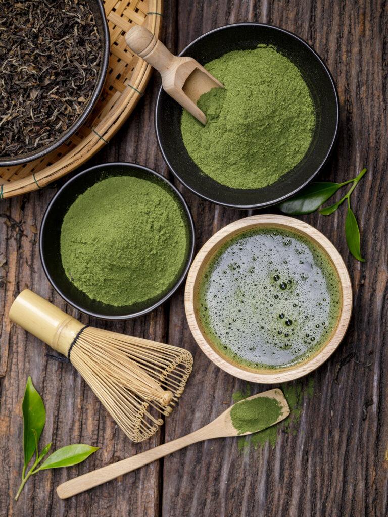Matcha Tee-Pulver und Utensilien