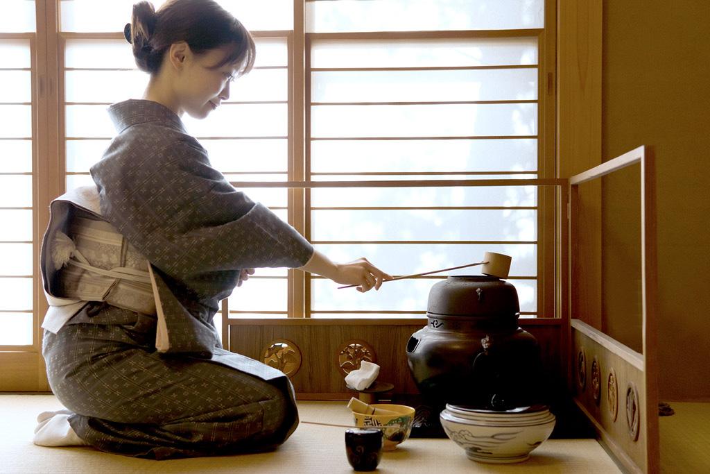 Japanerin führt eine Teezeremonie durch